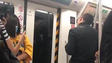 """周杰伦的""""接班人""""地铁献唱, 旁若无人"""