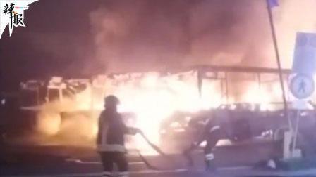 男子无钱买票被赶 烧毁7辆公交车