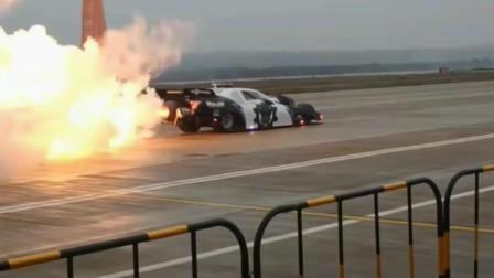 安装了喷气式战斗机发动机的赛车, 喷射的火焰飞驰火焰浓烟滚滚