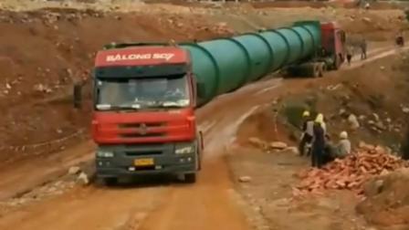 两辆重卡抬着一个80米长的管道, 重型卡车完美组合, 到达目的地