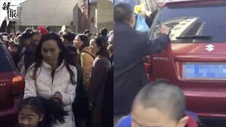 司机抢过校门口吓哭学生 家长怒了