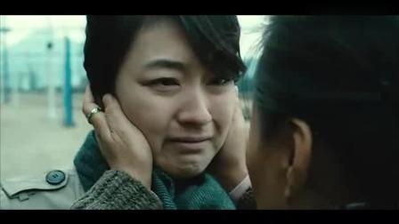 母亲在车站送别女儿, 依依不舍为她祈祷, 谁知却成了最后一面