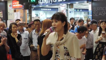 街头艺人小红倾情演唱《何日君再来》, 自力更生的赚钱真的挺好