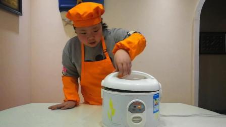 10岁小胖妞教你用普通电饭锅制作糖炒栗子, 一板一眼, 表情真逗人