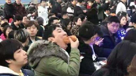 王思聪吃热狗照片太火爆 竟然被编入初中物理试卷