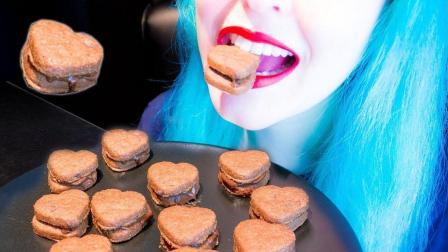 小姐姐吃杏仁巧克力饼干, 可爱心型招人喜欢, 网友: 看着就很好吃!
