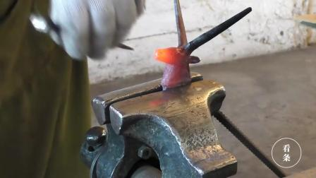 小铁块铁匠敲敲打打, 做成一个金属羊头, 太厉害了栩栩如生