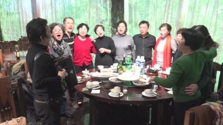 30晚宴手风琴伴唱1【南昌市十七中77届高二(4)班师生相聚】