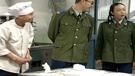 炊事班的故事: 班长问小姜做了什么动物的馒头, 小姜: 我是狗熊!