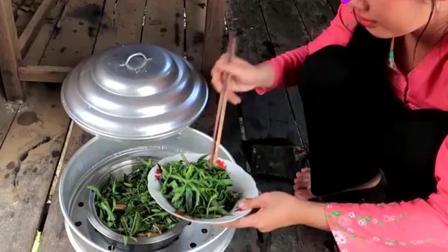"""越南农村妹子的日常生活, 带着一群小朋友, 这次做了顿""""狠菜"""""""