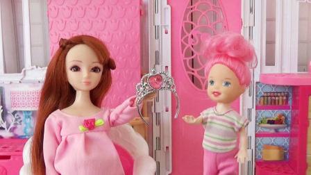 芭比娃娃撿到了粉色鉆石王冠, 爸爸媽媽告訴她要交給警察叔叔