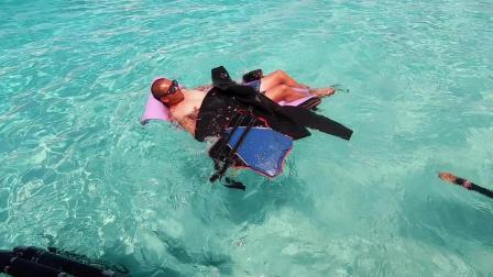 潜水玩累了, 在魅力的仙本那军舰岛休息一下