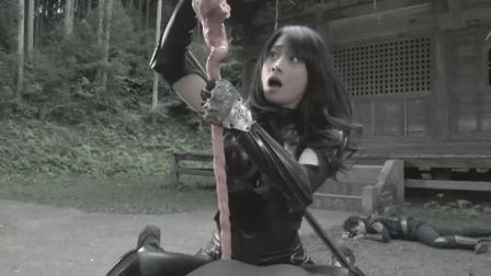 一部日本奇葩电影, 女忍者徒手抓小怪兽, 直接从肚子里扯出来!