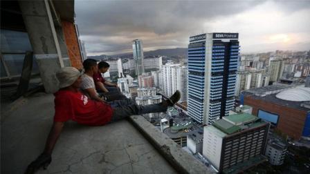 首都中心的贫民窟, 45层高楼没有电梯, 却居住了3000多人!