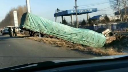 大货车差一点就飞越了壕沟, 安全驾驶太重要了, 安全行车谨慎慢行