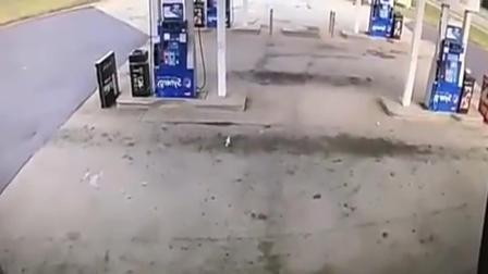 汽车闯入加油站, 监控拍下悲剧一刻