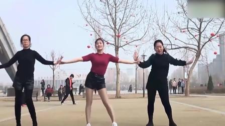 一家三代女人跳广场舞, 你能分出来她们吗!