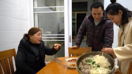 在外上班的儿媳半个月回来一趟, 婆婆提前做好晚餐, 等待儿媳回家
