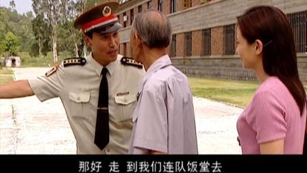 军官看出老镇长当过兵, 两人聊天才发现, 比自己都早了20年!