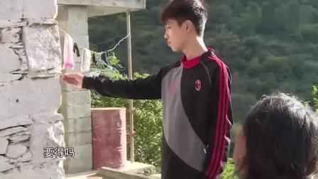 《变形计》帅气杨桐帮农村妈妈洗头, 这待遇还是蛮不错的