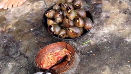 河里刚捞的福寿螺, 荒野大婶用石板烤来吃, 吃的可真陶醉