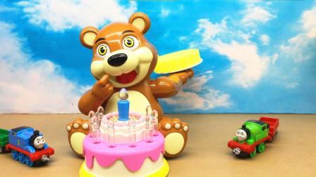 糖糖托马斯小火车 托马斯和培西玩小熊扔蛋糕游戏