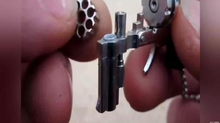 这支小枪挂在链子上像模型, 原来装上子弹是能射击的!