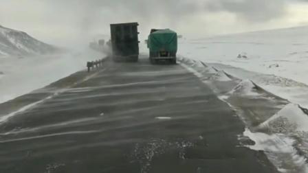 重型卡车编队穿越暴风雪