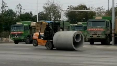 叉车老司机倒开叉车也可以, 而且只有前面两个轮子着地好在前驱动