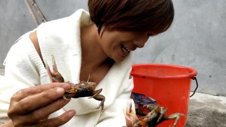 小钦跟妈一起抓螃蟹, 妈妈左手抓一只右手抓一只, 这样抓真过瘾