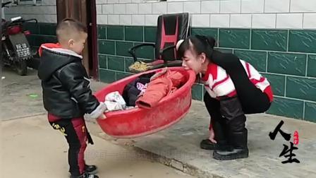 残疾人妈妈一辈子都只能在地上爬行, 依旧对孩子照顾地无微不至