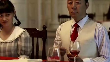 江德福吃西餐不会用餐具 安杰急的用脚踢他!
