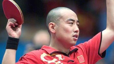 光头的刘国梁连发俩球, 嚣张跋扈的对手被气的直接把拍子扔了!