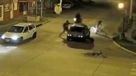 目睹女儿骑车被撞 父亲隔窗连捣司机20拳