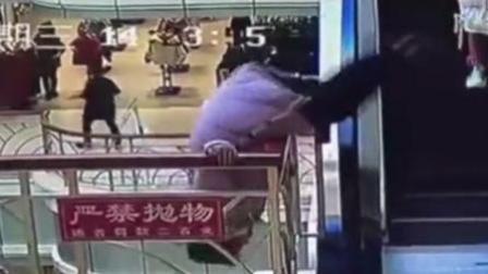 女子商场高层徘徊 10分钟后竟从4楼坠落
