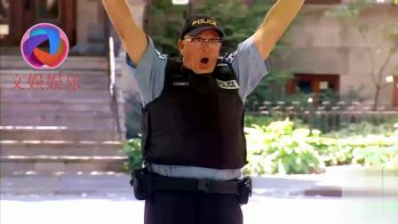警察掉落枪被路人捡起, 突然枪响了, 警察反应是亮点! (搞笑恶搞恶作剧整蛊)