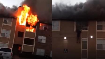 美国一公寓起火 被困居民从窗户一跃而下