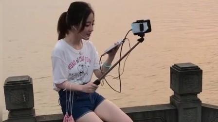 在河边散步偶遇冯提莫, 没有了美颜和滤镜的她竟然是这个样子!