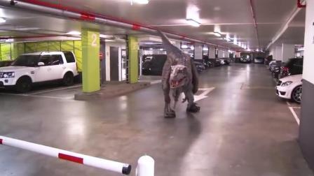 这逼真的恐龙服装, 在停车场恶作剧。