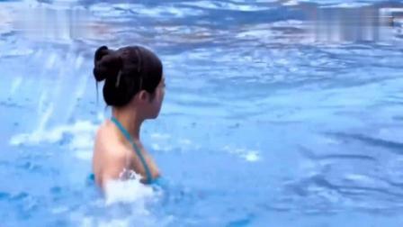 女生为了引起喜欢的男生注意, 跳到游泳池里假装溺水