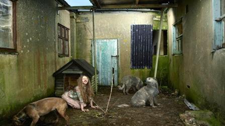 现实版人猿泰山? 乌克兰女孩被野狗养大, 只吃生肉见人狂吠!