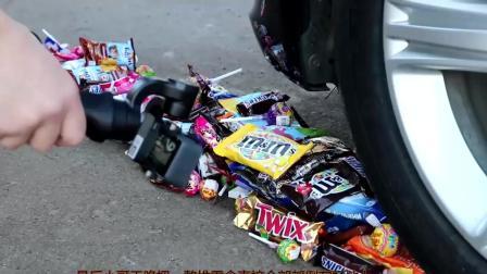 一大堆零食放在汽车下面, 让汽车快速压过, 看到最后才知道, 太厉害了!