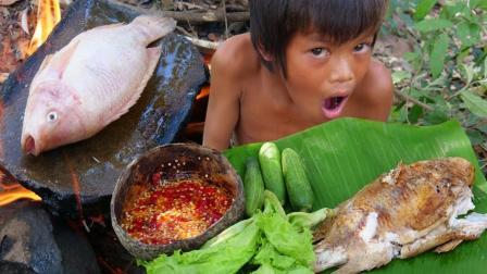 荒野熊孩的美食, 没锅也能用岩石板烤鱼吃, 味道比爆炒的更美味!