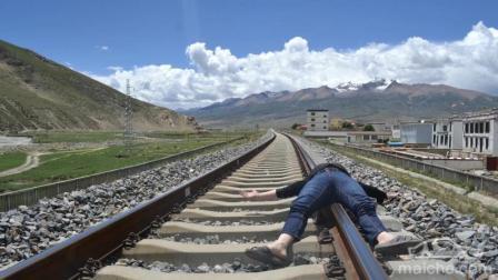 几个月大孩子跌入火车轨道, 随后火车疾驰而过, 众人看傻, 所幸的是!