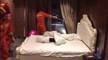 绝了! 江西抚州一男子在酒店玩毒蛇被咬死 毒蛇还是自己带来的