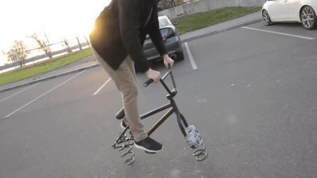 老外将自行车轮胎换成了弹簧, 不靠轮胎滚, 全靠弹簧跳!