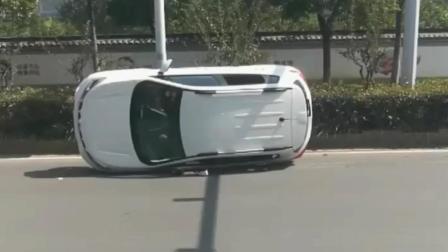 这辆小轿车侧翻的实在是太神秘了, 没有碰撞, 没有路边石, 就这样