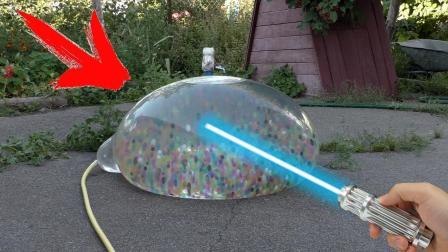老外往气球灌水宝宝实验激光威力? 网友: 实验1秒钟, 收拾5小时!