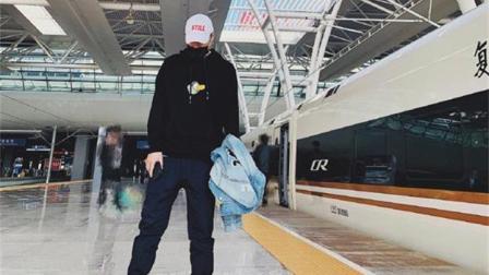 陈赫坐高铁, 穿了件印有王思聪吃热狗的衣服, 网友: 胆子太大