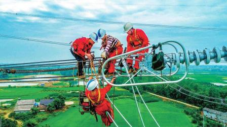 电力工人检修电力时, 为什么不断电, 难道不怕漏电吗?